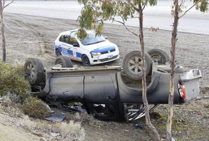 Una camioneta volcó en la curva del Papa