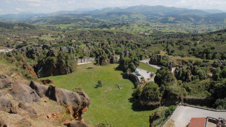 Es un lugar único en Cantabria que les ofrece un sorprendente mundo de animales en régimen de semilibertad en un paraje de gran belleza.