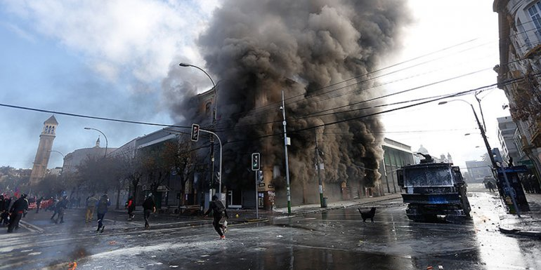 Un edificio se incendió por una bomba molotov y provocó la muerte de un trabajador.