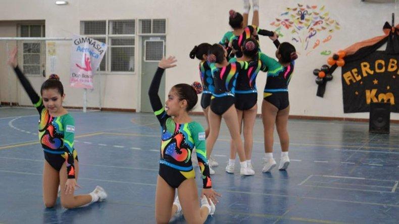 Las niñas en plena competencia de gimnasia aeróbica.