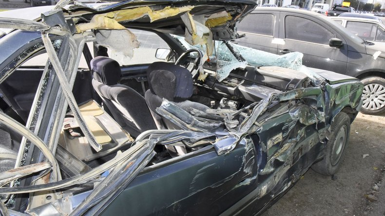 El Renault 21 se estrelló contra el carretón de un camión estacionado en Juan B. Justo