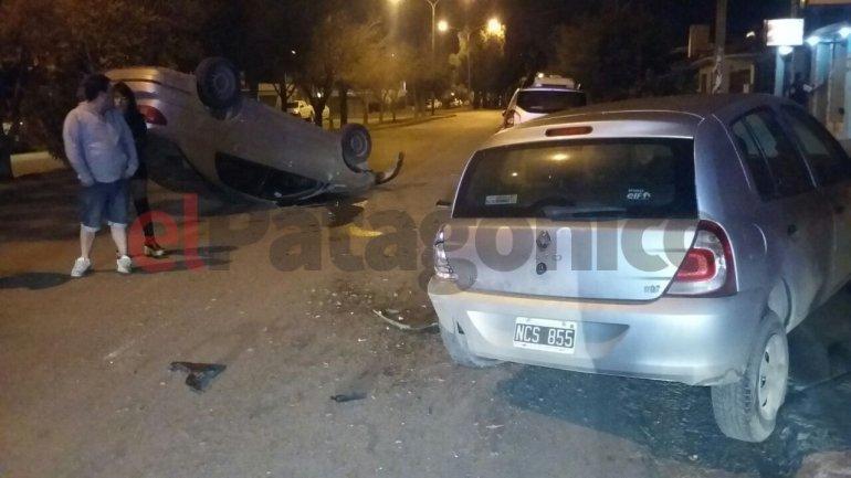 Conducía borracho en plena avenida, chocó un auto estacionado y volcó
