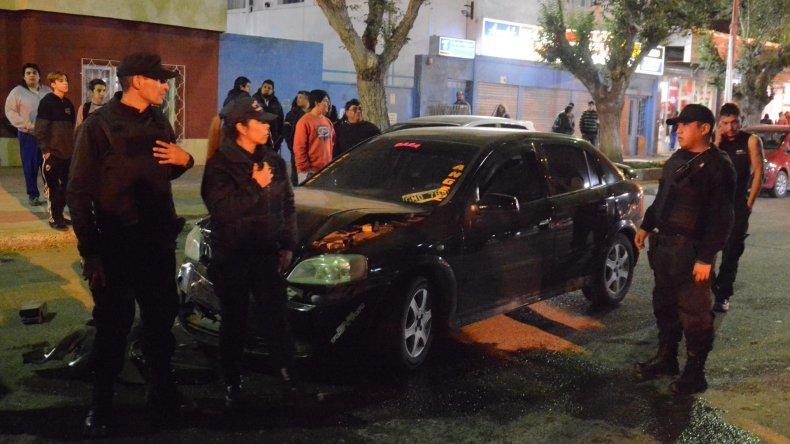 El Chevrolet Astra que corría picadas en pleno centro con otro vehículo cuyo conductor huyó