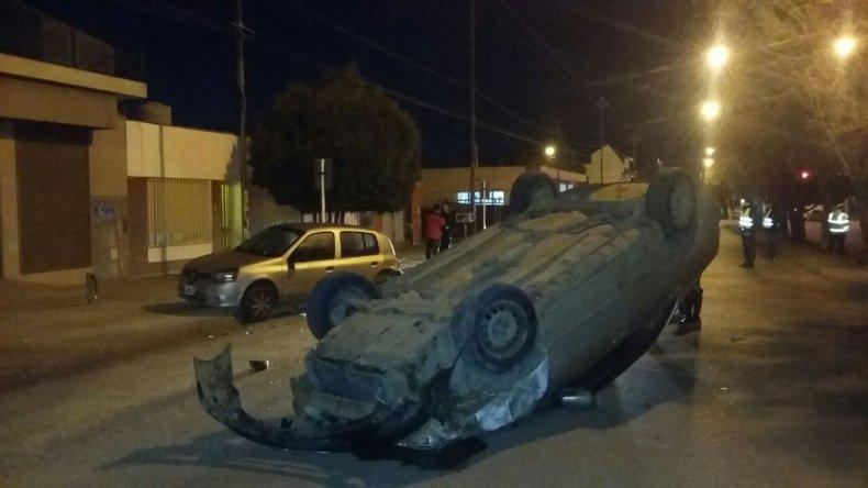 Otro conductor en estado de ebriedad chocó y volcó de madrugada
