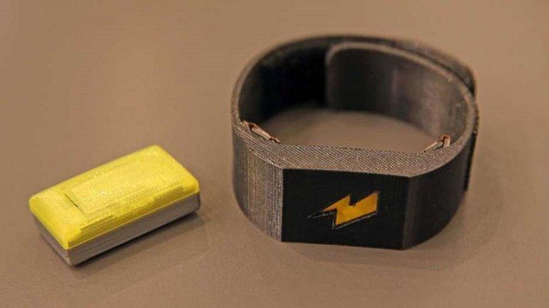 Una pulsera aplica descargas eléctricas cuando se excede el límite con la tarjeta