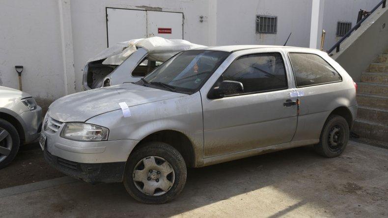 Persecución y detención. La Policía detuvo a los cuatro sospechosos que escaparon en el Volkswagen Gol robado (foto).