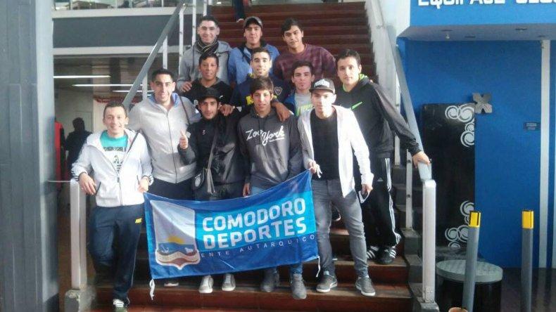 Los jugadores de la selección comodorense de futsal ayer en el aeropuerto General Mosconi.