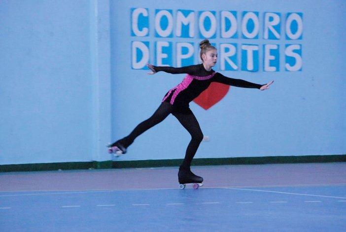Una patinadora durante el encuentro anual que se realizó el último fin de semana en la Escuela 211.