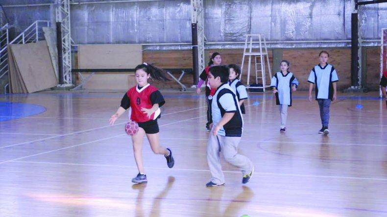 Los más chicos compartieron una jornada diferente al practicar hándbol en el Pueyrredón.