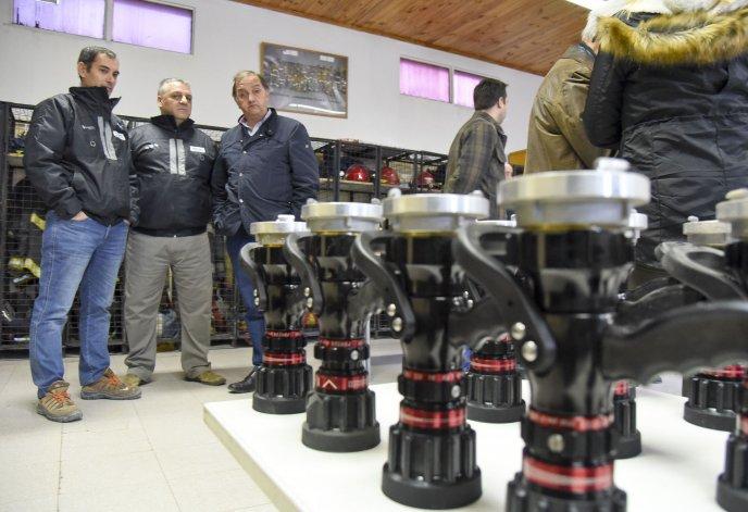 Los bomberos recibieron veinte lanzas que serán utilizadas en los siniestros ya que permite la regulación de la presión del agua.
