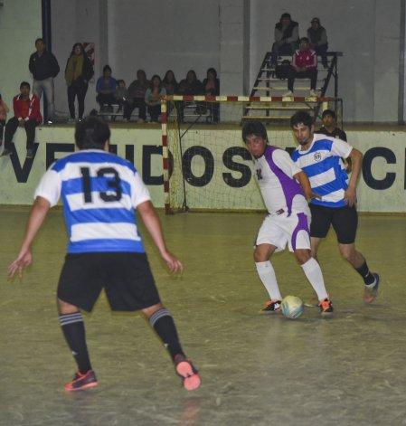 El torneo Apertura sigue hoy con más fútbol de salón.