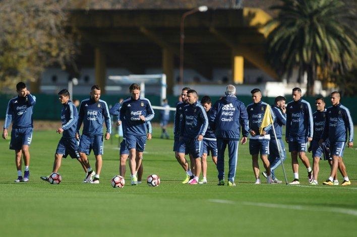 La selección argentina trabajando ayer en el predio de la AFA mientras espera por su as de espada