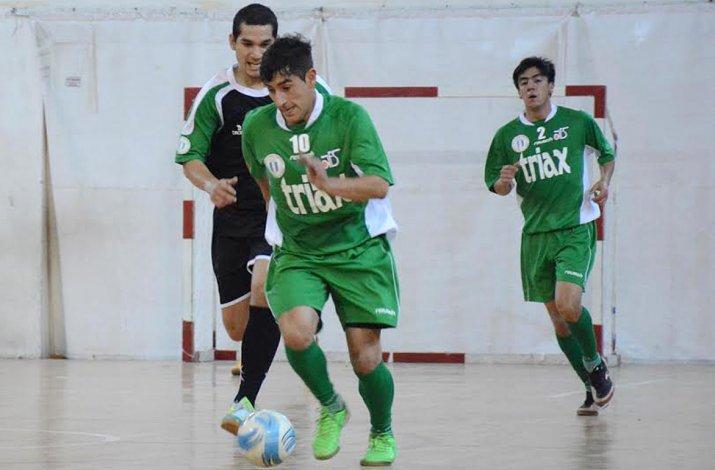 Matías Rima se lleva el balón en el partido que Comodoro Rivadavia empató anoche 2-2 con Ushuaia en Mendoza.