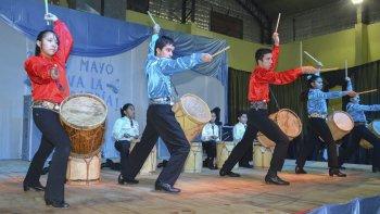 Distintos artistas deleitaron al público con sus presentaciones sobre el escenario del gimnasio comunal.