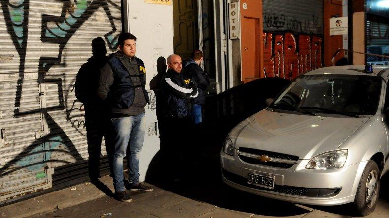 El procedimiento policial en el que ayer a la madrugada se logró rescatar al niño.
