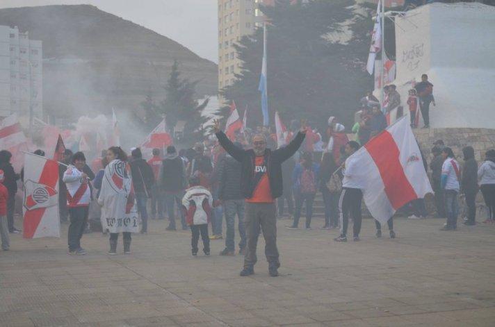 Los hinchas comodorenses festejaron los 115 años de River Plate. Foto: Jorge Romero
