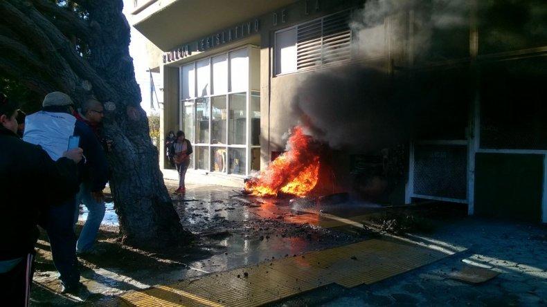 Suspendieron la sesión por incidentes y quema de cubiertas en la Legislatura