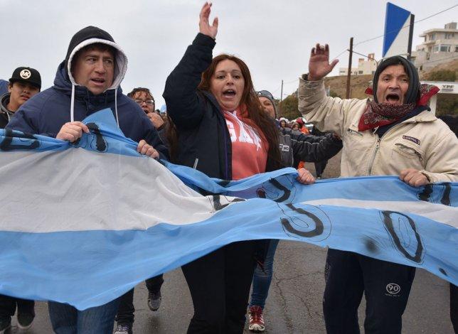 Los trabajadores municipales marcharon desde el campamento instalado en la zona céntrica hasta el acceso norte para exteriorizar su malestar.