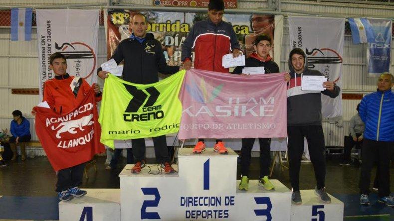 Los cinco primeros puestos de la categoría general subieron al podio donde recibieron los correspondientes premios.