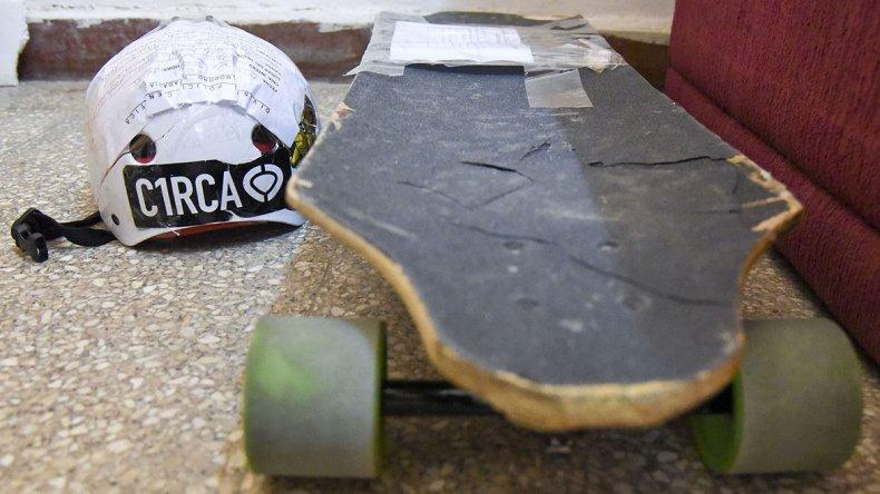 El casco de seguridad y la tabla de longboard del joven que fue embestido por un automóvil el domingo a la madrugada.