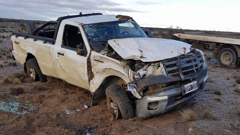 La camioneta Ford Ranger de la empresa Sinopec volcó a la altura de la Bajada de Cadipsa. Su conductor resultó ileso.