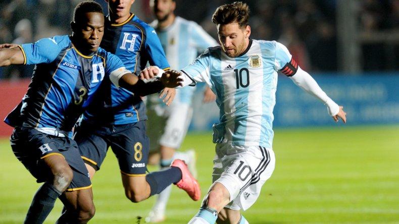 Lionel Messi se retió a los 19 del segundo tiempo a raíz de un fuerte golpe que sufrió en la zona de las costillas en el partido que Argentina venció a Honduras.