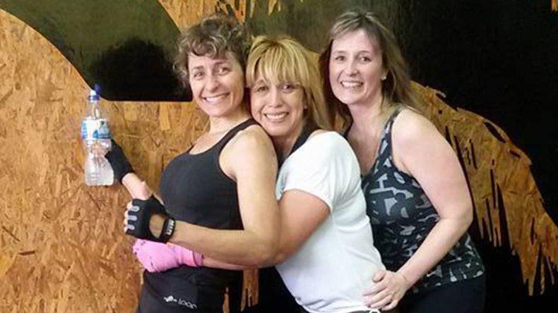 Fany Zuazo -izq- junto a Mabel Calfuquir y Daniela Pasluosta en el box de calle Saavedra.