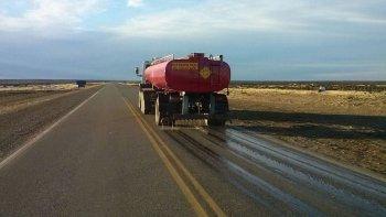 Camiones regadores de los organismos viales recorren por estos días tramos de las rutas 3 y 40 arrojando líquido antihielo.