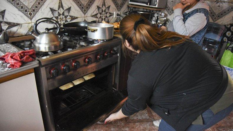 La loable tarea de los voluntarios de los merenderos para darles de comer a los que menos tienen.