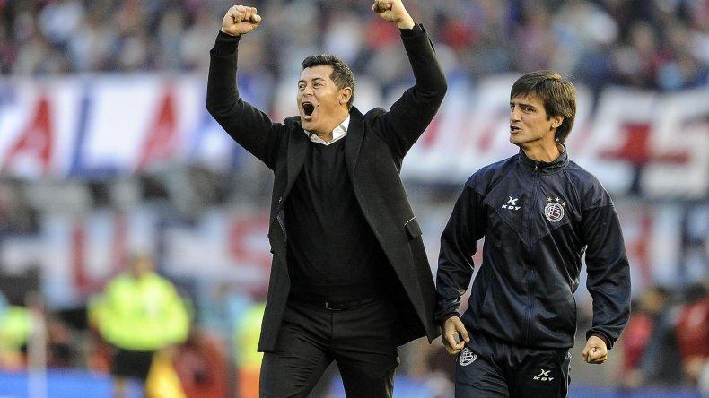 Jorge Almirón festeja uno de los goles que Lanús le marcó ayer a San Lorenzo en el Monumental.