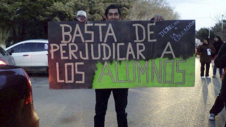 Parte de los adultos y niños que marcharon por las calles de Las Heras exigiendo que se respete el derecho a la educación.
