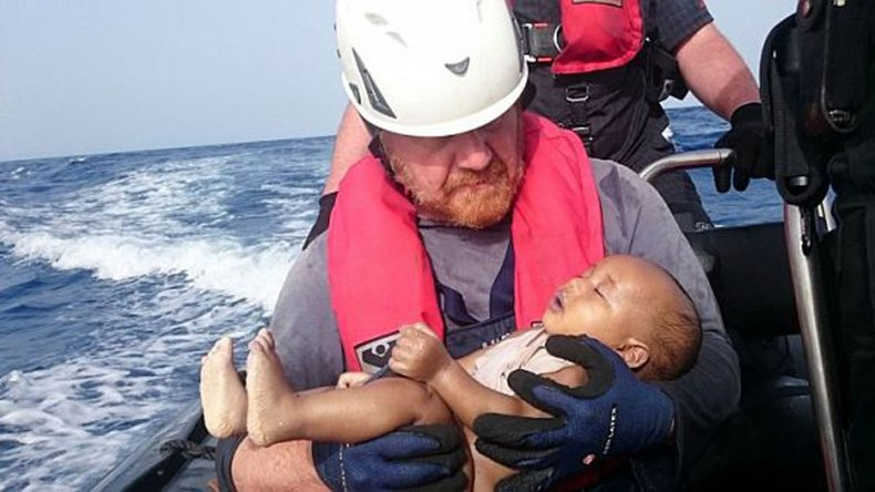 Tomé al bebé y los protegí como si aún viviera