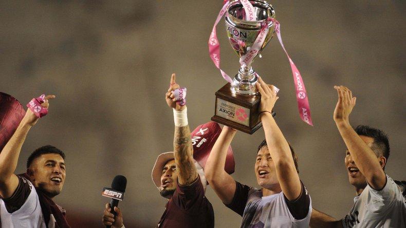 El Bicho Aguirre con la copa de campeón festejando el título logrado durante la tarde del domingo por Lanús.