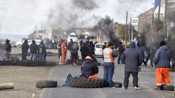 El conflicto de los trabajadores municipales de Caleta Olivia sigue sin revolverse. Ayer volvieron a cortar la ruta. Fue por diez horas ininterrumpidas.