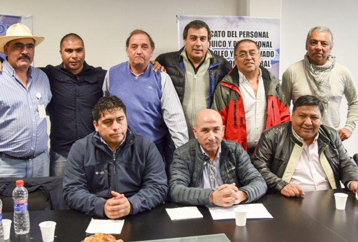 Dirigentes de los tres gremios de petroleros y jefes comunales de localidades de la Cuenca del Golfo San Jorge se reunieron ayer en Caleta Olivia para elaborar la estrategia conjunta que plantearán hoy en Buenos Aires ante directivos de YPF.