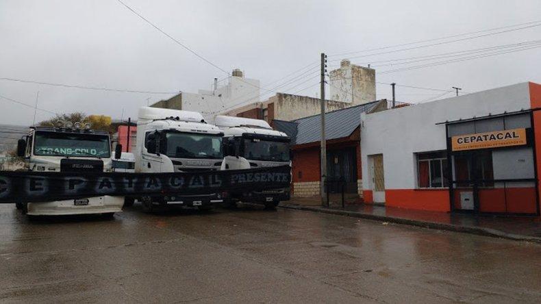 Más de 30 camiones están apostados en Alem 1065 en la sede de la Cepatacal.