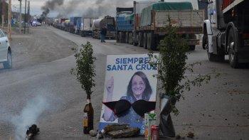 Un grupo de camioneros colocó un afiche de campaña de Alicia Kirchner, a modo de irónico santuario para solicitarle que interceda en los conflictos.