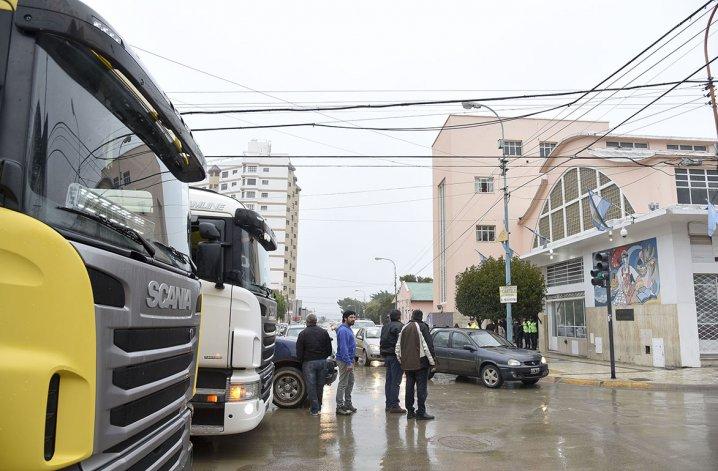 Contratistas de YPF marcharon por el centro de la ciudad antes de entrevistarse con concejales.