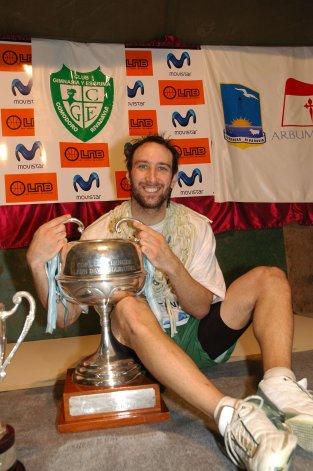 Pablo Moldú posando con la copa de campeón.