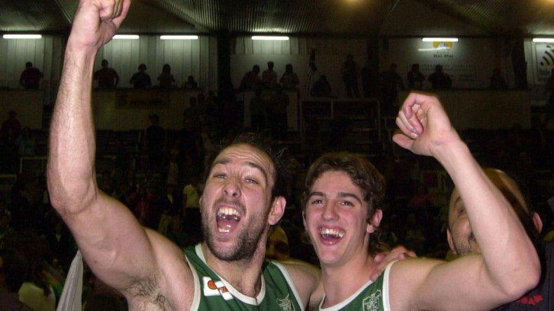 Nicolás De los Santos abrazado con Pablo Moldú