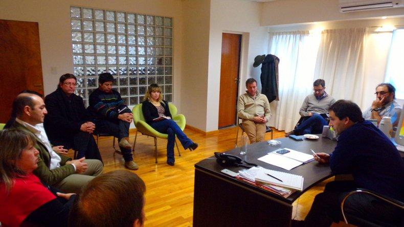 La reunión que celebraron ayer funcionarios municipales de Comodoro Rivadavia y Rada Tilly.