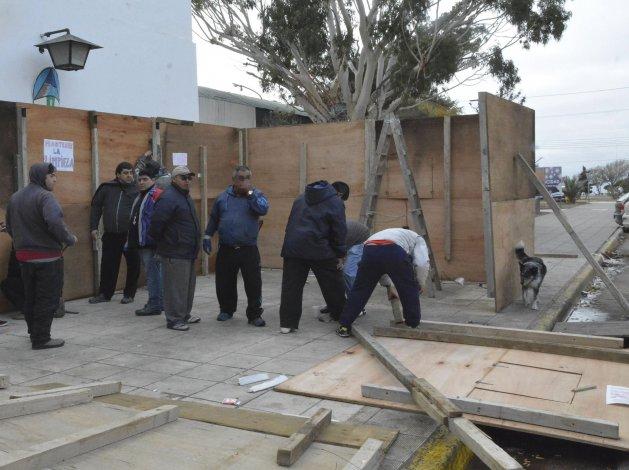 Trabajadores municipales levantaron la prefabricada que habían montado en el acceso al edificio central de la comuna.