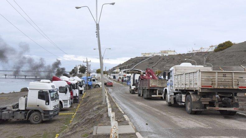 Más de 30 camiones se manifestaron ayer hasta la Playa de Tanques de Kilómetro 3