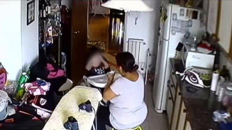 Detuvieron a la niñera que fue filmada cuando golpeaba a un bebé