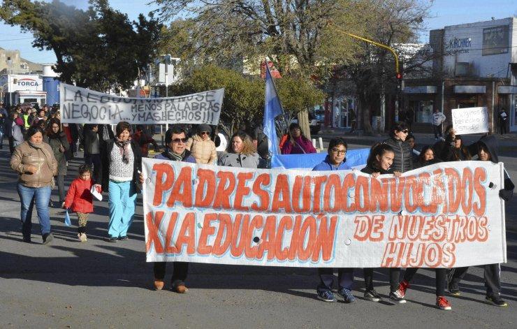 Numerosos padres y alumnos reclamaron ayer en Caleta Olivia el derecho a la educación. A la protesta también se unieron docentes que llevan adelante un extenso paro.