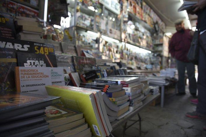 Los ladrones se llevaron los libros de una repisa cercana a la puerta del mostrador del escaparate.