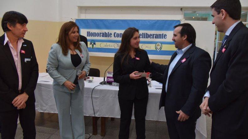 El concejal Juan José Naves le entregó un presente a la escritora Sheila Linchesky