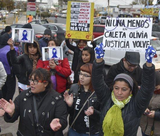 Mujeres de todas las edades enarbolaron pancartas reclamando por políticas púbicas que contrarresten los casos de femicidio.