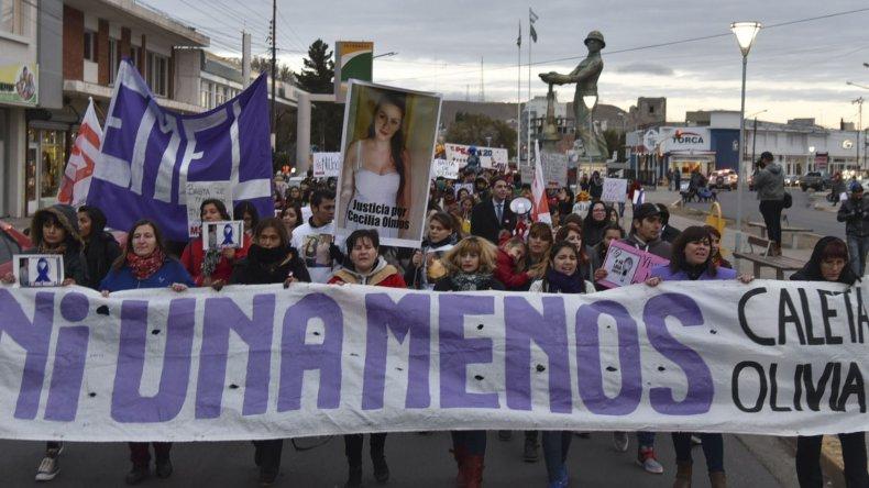La comunidad de Caleta Olivia se expresó masivamente por las calles céntricas contra la violencia de género que en muchos casos deriva en casos de femicidio.