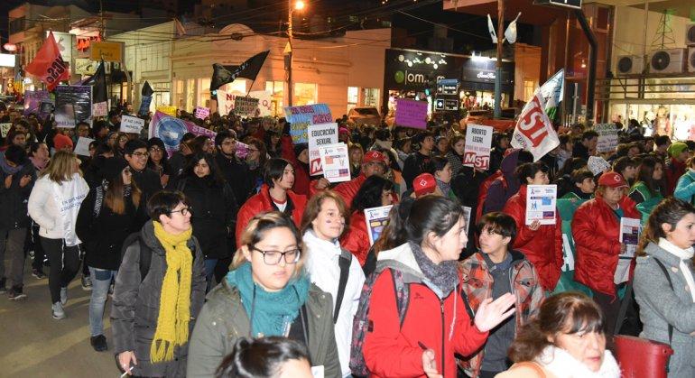 """Con la participación de más de 500 personas se realizó la marcha """"Ni una menos"""" en esta ciudad."""